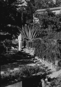 Humphrey Bogart in his backyard, 1940.MPTV - Image 0015_1033