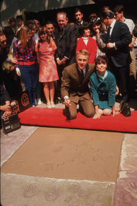 Steve McQueengetting footprints/handprints atMann Chinese Theater with wife Neile1966 © 1978 David SuttonMPTV - Image 0019_0780