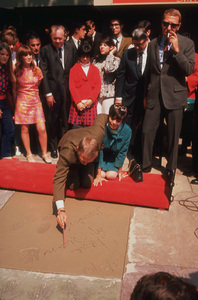 Steve McQueengetting footprints/handprints atMann Chinese Theater with wife Neile1966 © 1978 David SuttonMPTV - Image 0019_0786