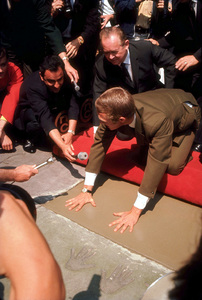 Steve McQueengetting footprints/handprints atMann Chinese Theater with wife Neile1966 © 1978 David SuttonMPTV - Image 0019_0795