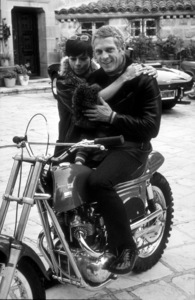 Steve McQueen on his Metisse motorcycle, at homein Beverly Hills with wife NeileC. 1970 © 1978 GuntherMPTV - Image 0019_0806