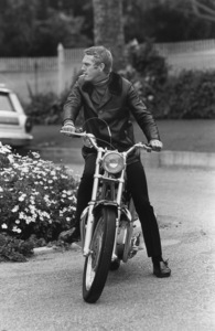 Steve McQueen on his Motorcyclecirca 1970 © 1978 Gunther - Image 0019_0864