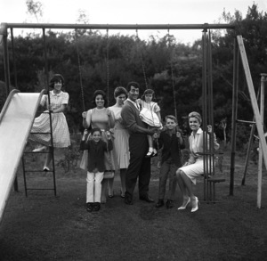 Dean Martin at his Brentwood, California home with wife Jeanne and their children Claudia, Gail, Deana, Gina, Dean Paul and Ricci1961© 1978 Sid Avery - Image 0022_0195