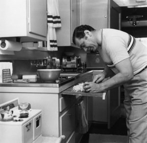 Ernest Borgnine cooking at home1955© 1978 Sid Avery - Image 0023_0003