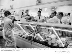 Audrey Hepburn shoppingin Beverly Hills, 1958. © 1978 Bob Willoughby - Image 0033_4019