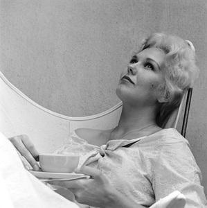 Kim Novak at home in Los Angeles, California1956 © 1978 Sid Avery - Image 0036_0110