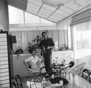 Ida Lupino and her husband Howard Duff in their Los Angeles home1957 © 1978 Sid Avery - Image 0055_0001