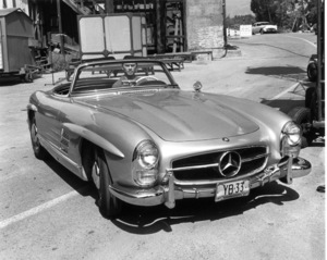 Yul Brynner in his 1958 Mercedes 300 SL on the backlot of 20th Century Fox 1958 © 1978 Sid Avery - Image 0056_0016