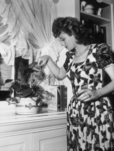 Lucille Ball in kitchen1944 - Image 0069_0854