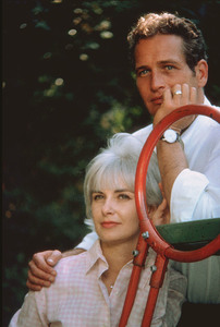 Paul Newman and Joanne Woodward in their backyard, 1958. © 1978 Sid Avery - Image 0070_0132