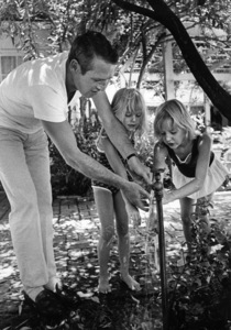 """Paul Newman with daughters Melissa """"Lissy"""" Stewart and Elinor """"Nell"""" Teresa at home in Hollywood1965 © 1978 David Sutton - Image 0070_2317"""