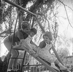 Debbie Reynolds at home with her children Carrie Fisher and Todd Fisher1960© 1978 Sid Avery - Image 0071_0004