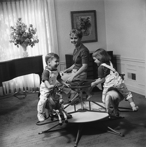 Debbie Reynolds at home with her children Carrie Fisher and Todd Fisher 1960 © 1978 Sid Avery - Image 0071_0010