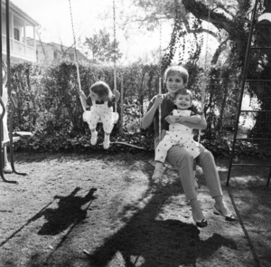 Debbie Reynolds at home with her children Carrie Fisher and Todd Fisher1960 © 1978 Sid Avery - Image 0071_0072