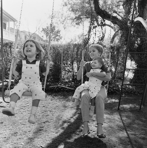 Debbie Reynolds at home with her children Carrie Fisher and Todd Fisher1960 © 1978 Sid Avery - Image 0071_0073