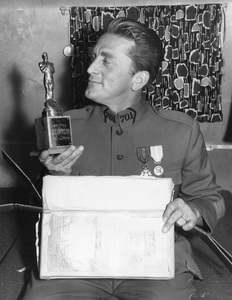 "Kirk Douglas with faux ""Oscar"" trophy from family1957** I.V. - Image 0075_1154"