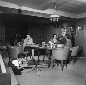 Tony, Rosemary, Marlo, Danny and Teresa Thomas at home1959 © 1978 Sid Avery - Image 0076_0600