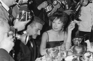 Shirley MacLaineSurrounded by photographers1964 © 1978 Kim Maydole Lynch - Image 0086_0372