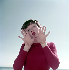 Shirley MacLaine in Malibu1956Photo by Ernest E. Reshovsky © 2000 Marc Reshovsky - Image 0086_0379