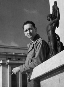 Photographer Sid Avery in front of the Trocadero in Paris, FranceNovember 20, 1944© 1978 Sid Avery - Image 0090_0118