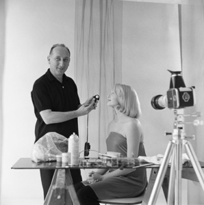 Photographer Sid Avery and model Bobbie Whitbey during a photo shootcirca 1965 © 1978 Sid Avery - Image 0090_1073