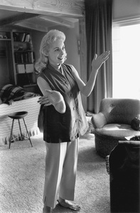 Janet Leigh at home before the birth of her first daughter Kelly Curtis 1956 © 1978 Sid Avery - Image 0194_0075