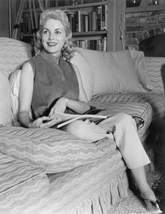 Janet Leigh at home before the birth of her first daughter Kelly Curtis 1956 © 1978 Sid Avery - Image 0194_0076