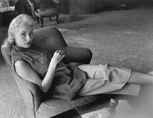 Janet Leigh at home before the birth of her first daughter Kelly Curtis 1956 © 1978 Sid Avery - Image 0194_0123