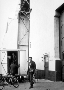 """Efrem Zimbalist, Jr. on the Warner Bros. lot during a break from filming """"77 Sunset Strip,"""" January 30, 1961. © 1978 Sid Avery MPTV - Image 0286_0090"""