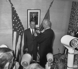 Frank Sinatra receiving French AwardThe Gold Medal of Paris / 1962 © 1978 Ted Allan - Image 0337_1182
