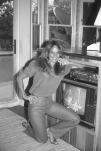 Catherine Bach at home, 1981. © 1981 David Sutton - Image 0585_0005