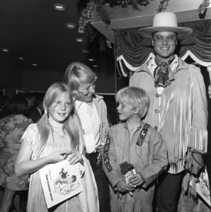 Larry Hagman with wife Maj Axelsson, son Preston and daughter Heidicirca 1960s© 1978 Gene Trindl - Image 0615_0051