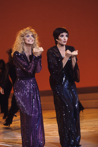 Goldie Hawn and Liza Minnelli performing on a television special1979© 1979 Gunther - Image 0616_0048
