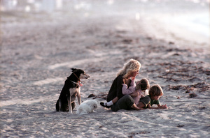 Goldie Hawnwith children Kate and Oliver Hudsonon the beach in Malibu CaliforniaC. 1984**H.L. - Image 0616_0148