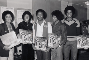 Marlon Jackson, Michael Jackson, store owner, Randy Jackson and Jackie Jackson (The Jacksons
