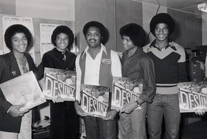 Marlon Jackson, Michael Jackson, store owner, Randy Jackson and Jackie Jackson (The Jacksons