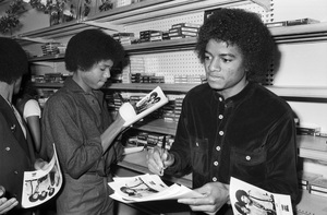 Randy Jackson, Michael Jackson, fans and store staff (The Jacksons
