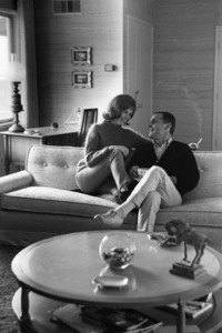 Mary Tyler Moore and her husband, Grant Tinker, at home circa 1965 © 1978 Gunther
