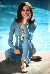 Mary Tyler Moore at home in Beverly Hills for a Family Circle feature on pasta jewelry 1971 © 1978 Bob Willoughby - Image 0645_0124