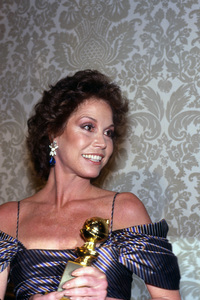 """Mary Tyler Moore holding the Golden Globe award she won for her performance in """"Ordinary People""""1981** I.V. - Image 0645_0136"""