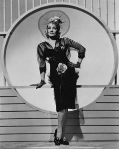 Marlene Dietrich, 1945. - Image 0709_1038
