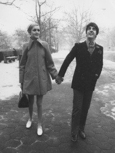 Twiggy with manager Justinde Villeneuve in Central Park1967 - Image 0710_0021