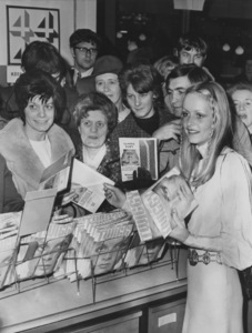 Twiggy at a book signing1970 - Image 0710_0030