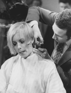 Twiggy getting her hair cut4/14/67 - Image 0710_0036