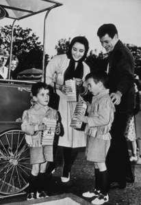 Elizabeth Taylor with fourth husband Eddie Fisher and sons Christopher and Michael Wilding Jr.C. 1960MPTV - Image 0712_2183
