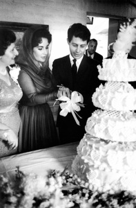 Elizabeth Taylor and Eddie Fisher cutting the cake on their wedding day1959 / Las Vegas, Nevada © 1978 Bob Willoughby - Image 0712_5159