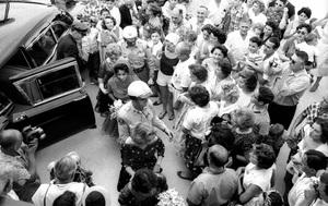 Elizabeth Taylor exiting car on her wedding day to Eddie Fisher1959 / Las Vegas, Nevada © 1978 Bob Willoughby - Image 0712_5160