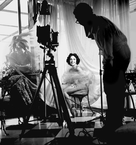 Elizabeth Taylor being photographed by English society photographer Anthony Beauchamp1951 © 1978 Bob Willoughby - Image 0712_5171
