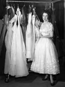 Elizabeth Taylor picks out dresses to wear on her honeymoon 1950** I.V. - Image 0712_5284