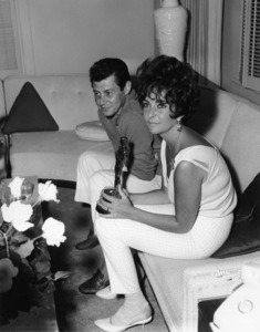 "Elizabeth Taylor with Eddie Fisher and her Oscar for her performance in ""BUtterfield 8""1961** I.V. - Image 0712_5299"